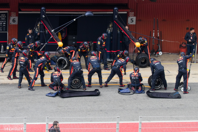 Red Bull mecanics - Tests hivernaux Barcelone 2018